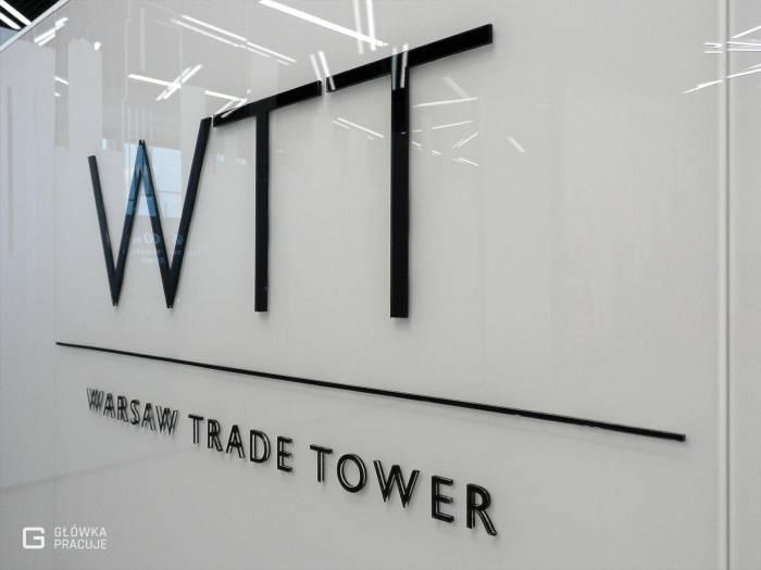 Główka pracuje pl WTT litery przestrzenne z plexi czarnej, recepcja, widok z bliska