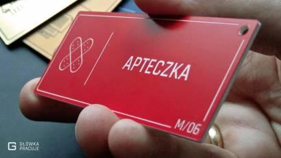Główka pracuje tabliczki administracyjne czerwony z białym apteczka widok pod kątem