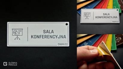 Główka pracuje tabliczki administracyjne gładkie srebro sala konferencyjna