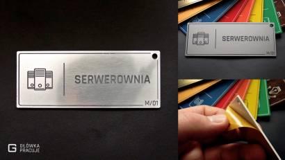 Główka pracuje tabliczki administracyjne szczotkowane srebro serwerownia