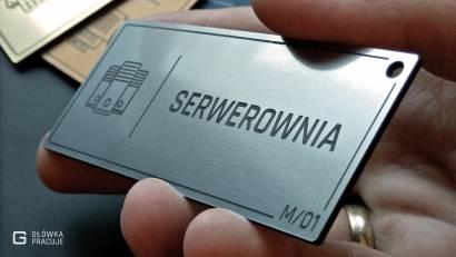 Główka pracuje tabliczki administracyjne szczotkowane srebro serwerownia widok pod kątem