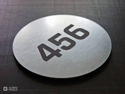 Główka pracuje pl grawerowany numer na szkolną szafkę, szczotkowana srebrna tabliczka