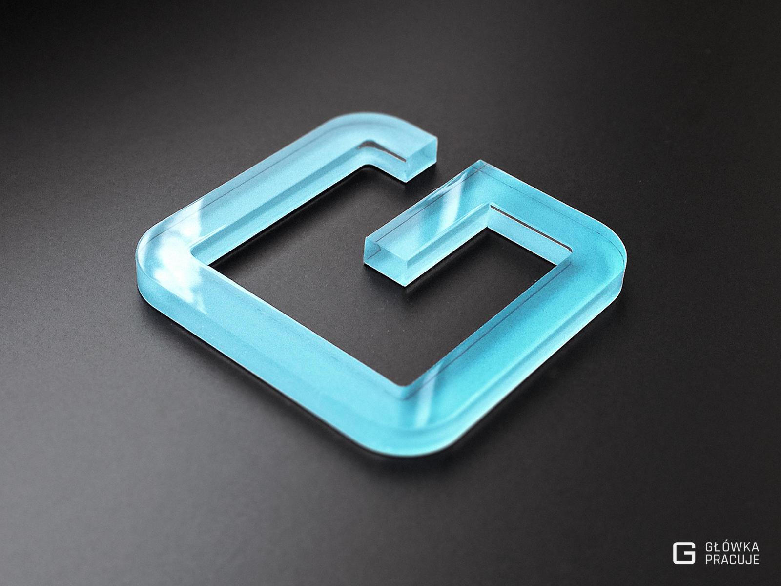Główka Pracuje pl litera przestrzenna z transparentnej plexi podklejona niebieską folią barwioną