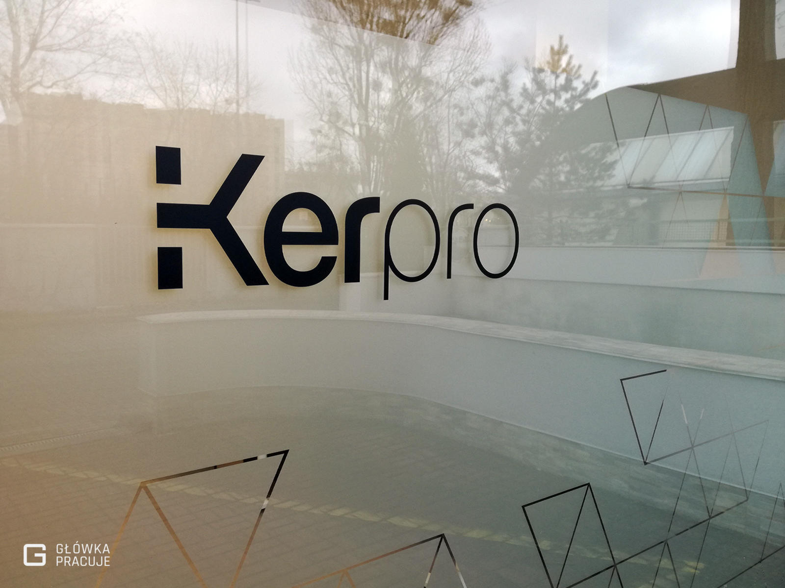 Główka Pracuje folia mrożona jako tło dla logo Kerpro - Warszawa