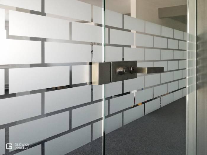 Główka Pracuje matowa folia mrożona z wyciętym wzorem cegieł Warszawa