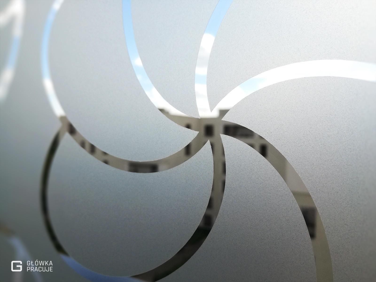 Główka Pracuje - matowa mrożona folia na szyby balkonowe z wyciętym florystycznym patternem - Warszawa