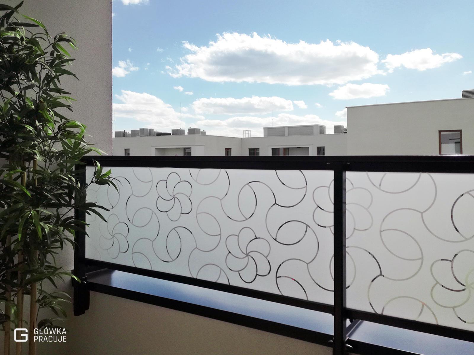 Główka Pracuje - matująca mrożona folia na szyby na balkonie z wyciętym florystycznym patternem - Warszawa