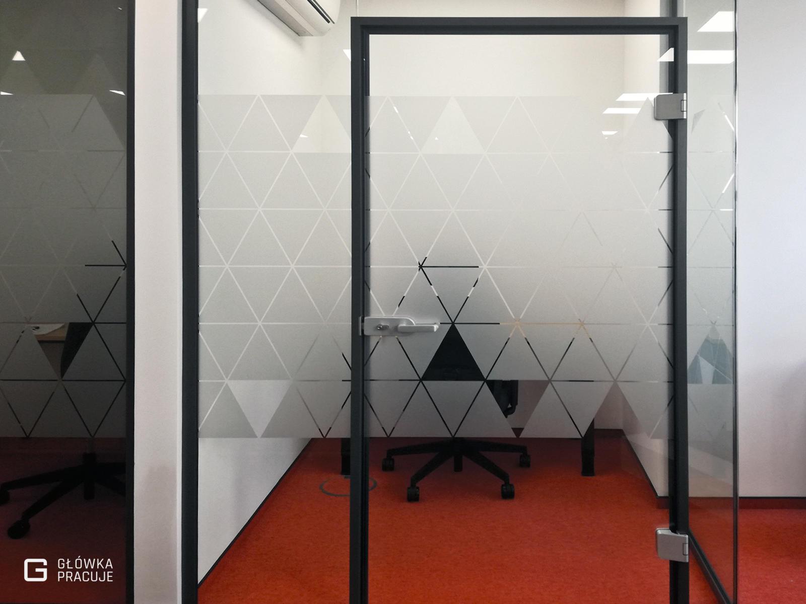 Główka Pracuje - matowa szroniona folia z wyciętymi trójkątami na ściankę szklaną w biurze - Warszawa