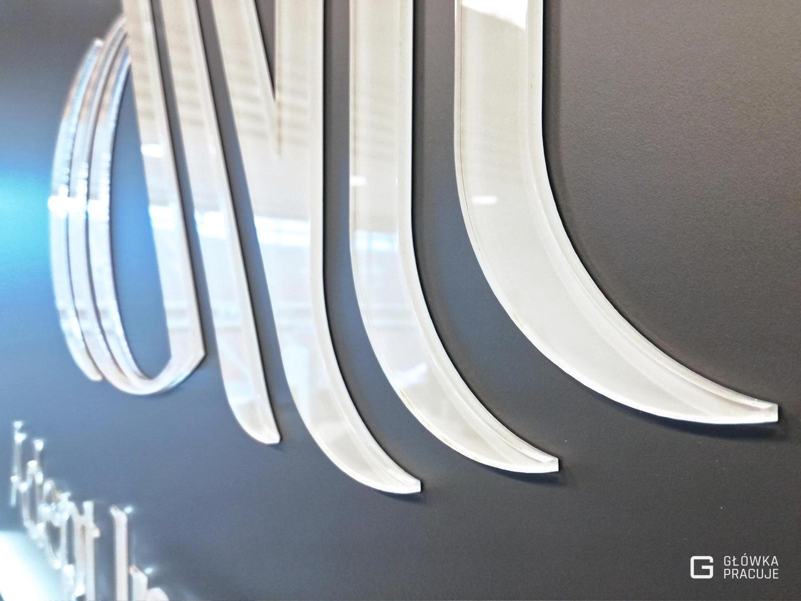 Główka Pracuje - logotyp 3D wycięty laserem z plexi bezbarwnej widok z bliska - Warszawa